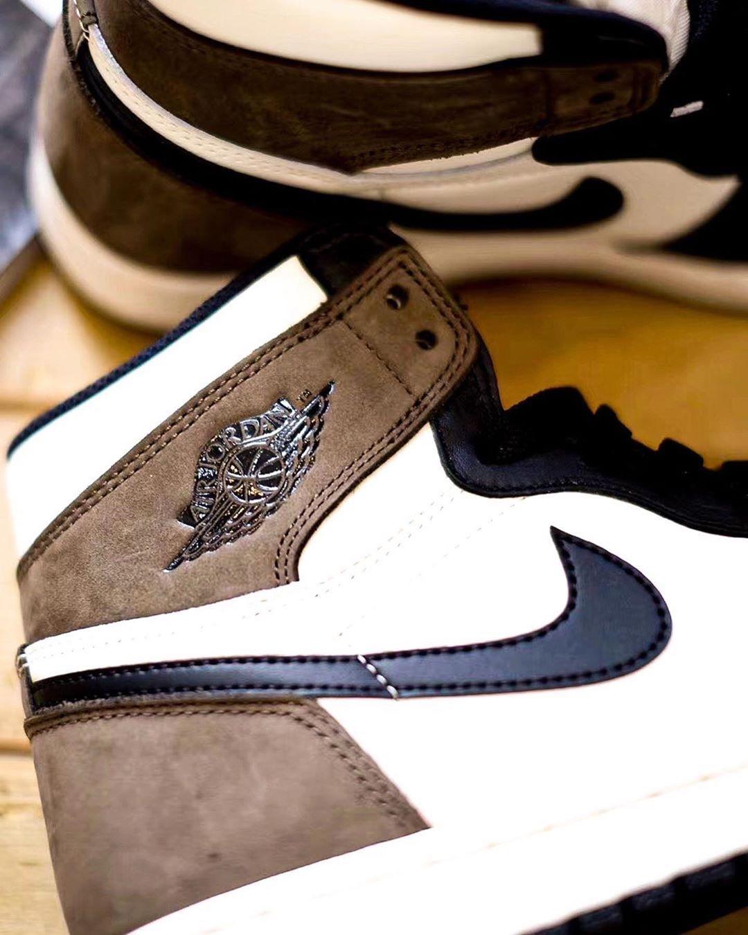 Air Jordan 1 High Dark Mocha dettaglio Swoosh
