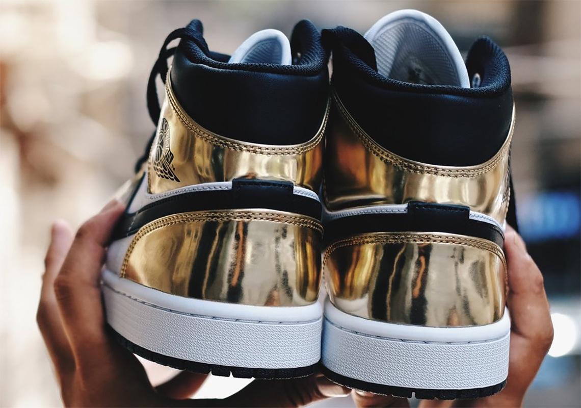 Air Jordan 1 Mid Metallic Gold Schema tri-cromatico oro, bianco e nero