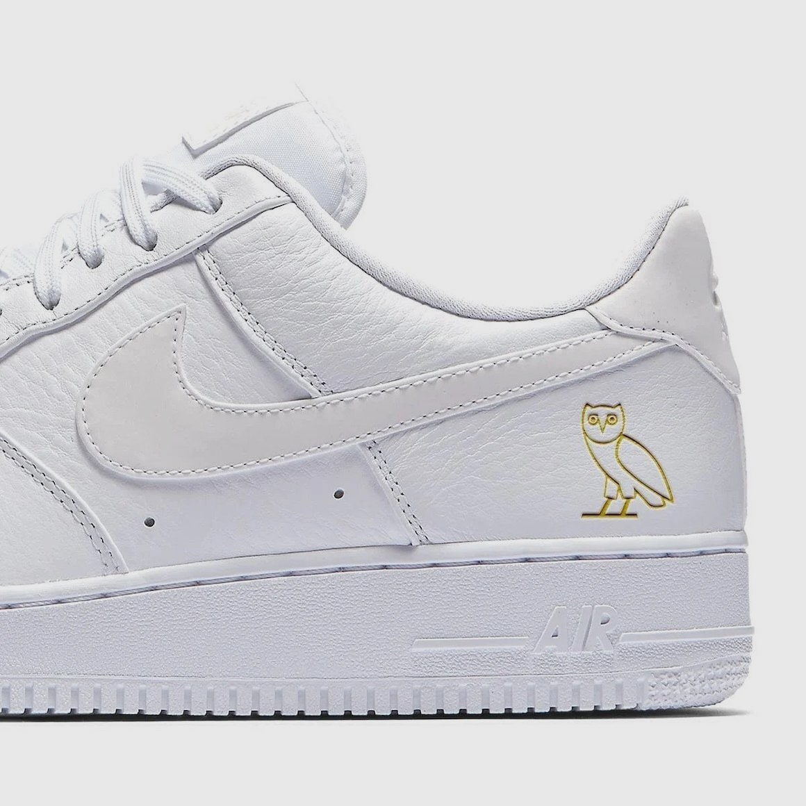 Drake x Nike Air Force 1 Triple White dettaglio logo OVO