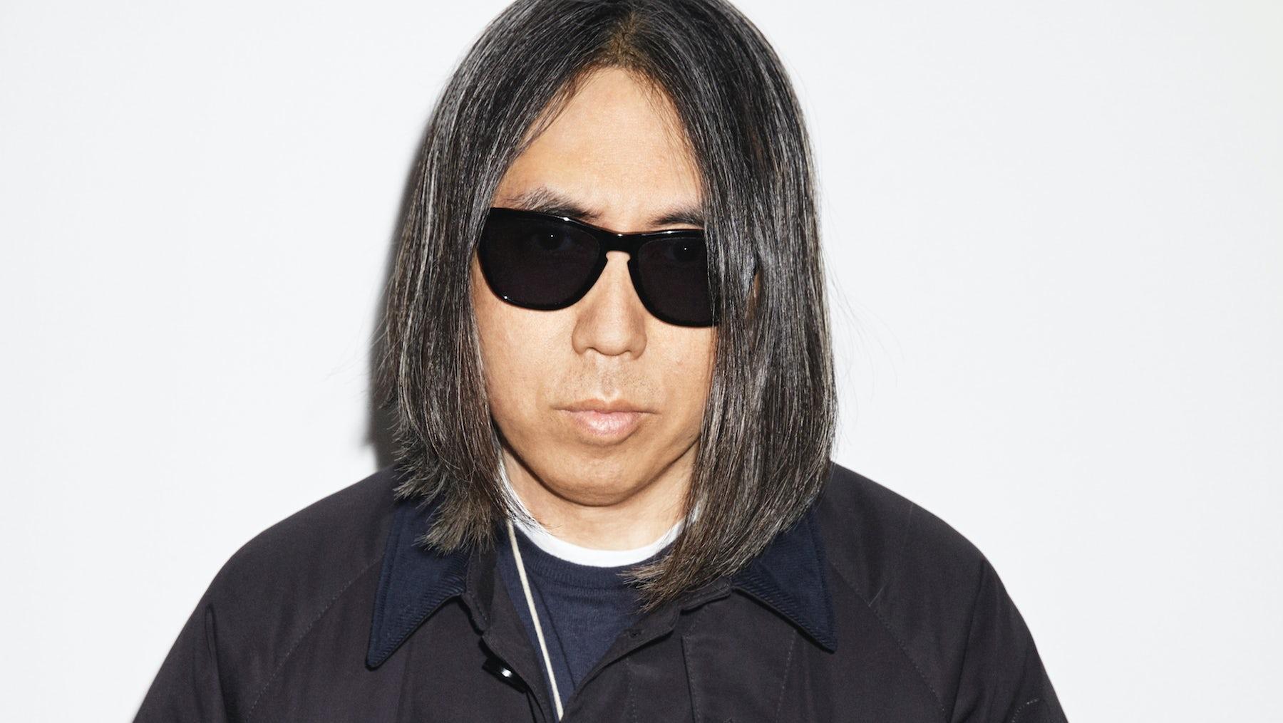 Hiroshi Fujiwara indossa occhiali da sole