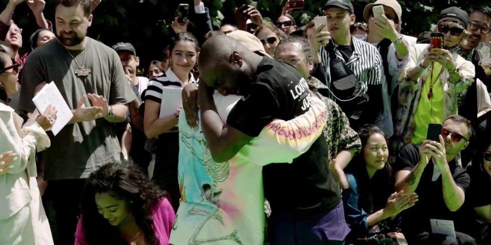 Kanye West e Virgil Abloh si abbracciano sfilata