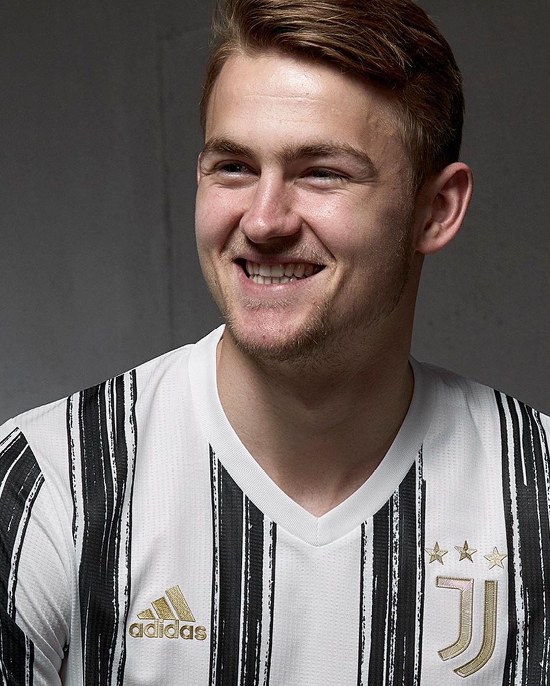 Matthijs de Ligt indossa Juventus Home Kit 2020/2021