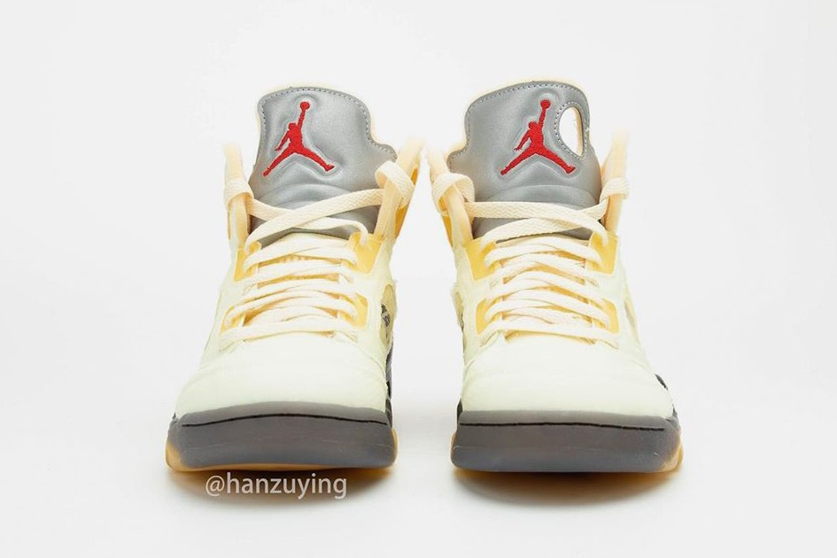 "Off-White x Air Jordan 5 ""Sail"" Tongue metallizzata con Jumpman Logo"