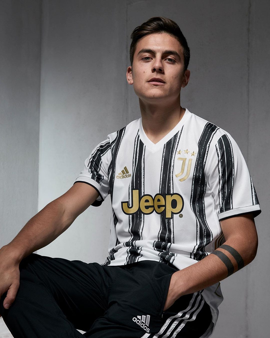 Paulo Dybala indossa Juventus Home Kit 2020/2021