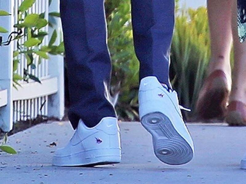 Travis Scott indossa Nike Air Force 1 Low White con logo CACTI